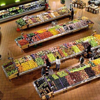 Co powinno znaleźć się w sklepie – meble, lodówki i inne